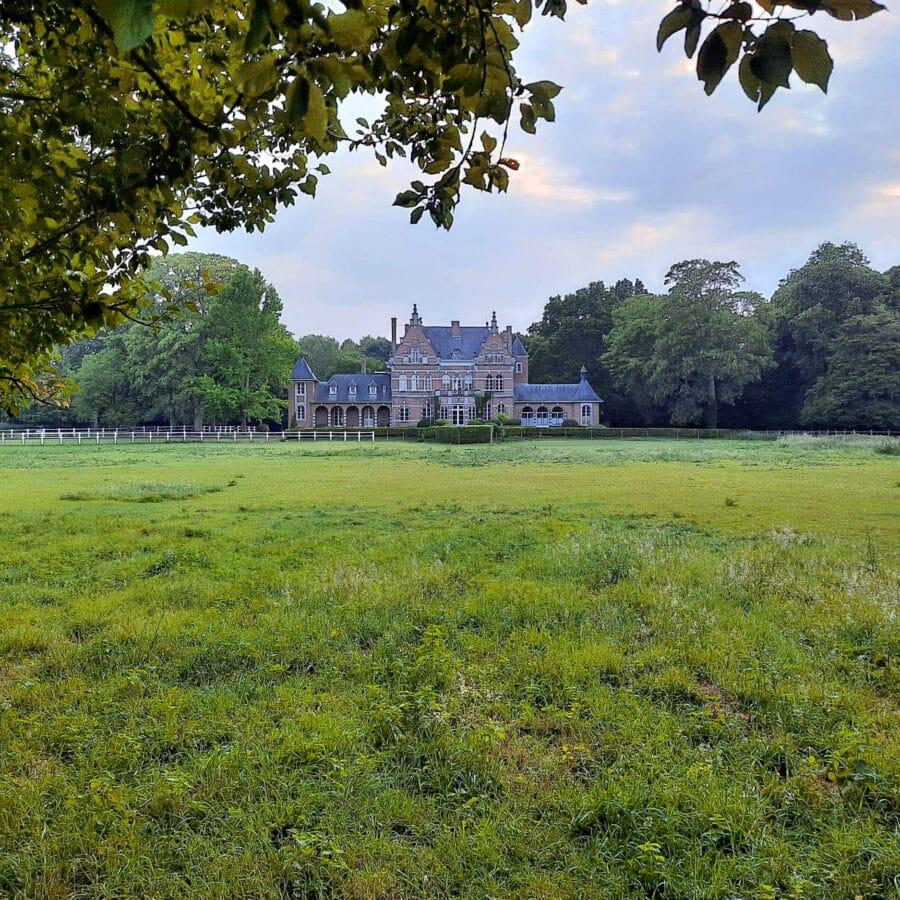 Vue de loin du Château de Ramegnies-Chin à Tournai