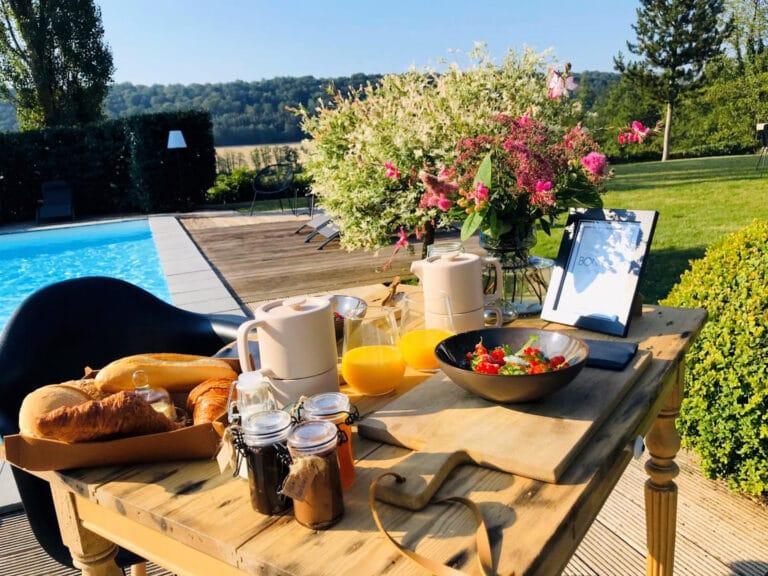 Petit déjeuner face à piscine à L'Annexe près de Philippeville