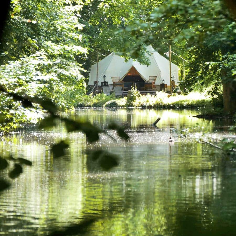 Vue sur le lac et la tente Lakhota Glamping à Liège
