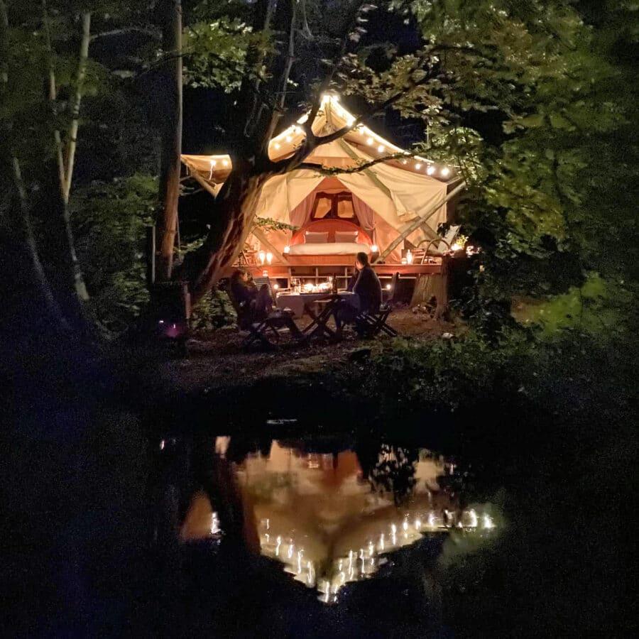 Tente de nuit avec vue sur le lac à Lakhota Glamping à Liège