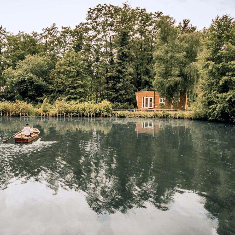 Barque sur le lac à Tiny Appoline à Bruxelles